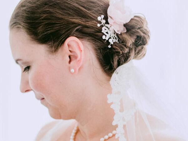 Michaelas Brautstyling mit Seidenblumen Fascinator