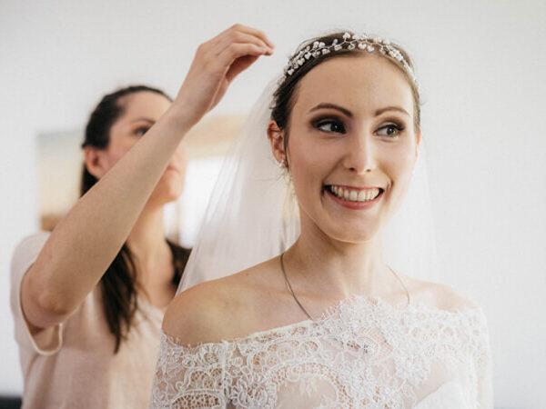 Lauras Brautstyling mit dem Headpiece BELLE